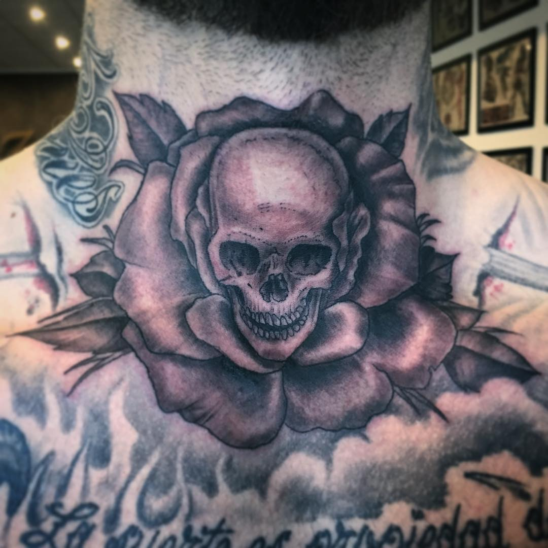Can't go wrong with skullz 'n' roses. . . .  #tattoo #tattooing #tatovering#blac...