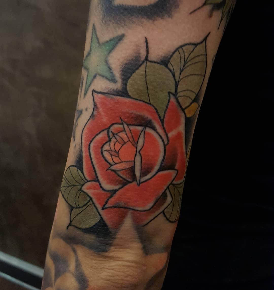 Gapfiller-Rose ⚘ Danke Sofia! #rosetattoo #neotraditionaltattoo  #germantattooer