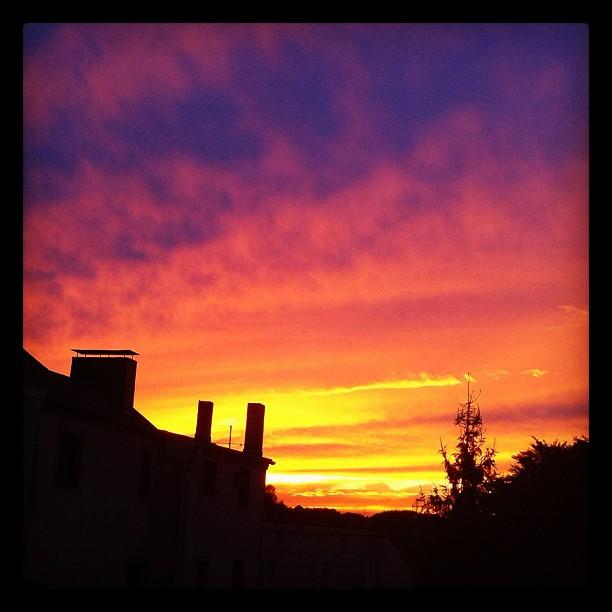 The Sky is burning...outside the kitchen window #sky#skyline #sun #sunlight #sun...